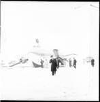 6431 Een 'geuniformeerde' verbiedt zichtbaar het fotograferen van een Carvair van de British United Air Ferries die bij ...
