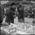 6432-1 Mevrouw J.M. van Walsum-Quispel werpt op de Lijnbaan een munt in de trechter van een maquette van de actie 'Open ...
