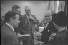 6433-2 De heer W. Pluygers, (links) en de heer A. Stempels (2e van links) namens de directie en hoofdredactie van de ...