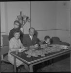 6446 Gelukkig gezin, winnaar van de SUS-loterij (Sla Uw Slag). (SUFA =Stichting Uitvoering Financiële Acties)