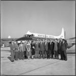 645 Groep reizigers voor de Havilland-Heron van Morton Air Services op vliegveld Zestienhoven in verband met nieuwe ...