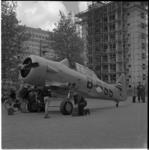 646 Een Harvard lesvliegtuig wordt gemonteerd voor de leger- en luchtmachttentoonstelling Paraat.