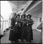 6469-1 Vier bloemenmeisjes aan boord van m.s. Ryndam.