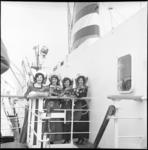 6469-2 Vier bloemenmeisjes aan boord van ss. Ryndam.