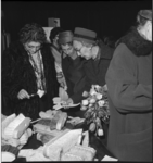 6473 Burgemeestersvrouw Van Walsum-Quispel (met tulpen) bezoekt een verkoopdag van Sonneheerdt-artikelen in gebouw Pro ...