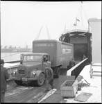 6475 Vrachtwagen van transportonderneming A. Gemmink en Zn. gaat in de Merwehaven aan boord van een ferryboot van TFS ...