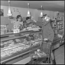 6479-1 Vleeswarenafdeling Albert Heijn supermarkt in Rijswijk.