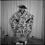 648-1 Mannequin showt kleding, bekeken door een poes.