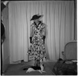 648-2 Mannequin showt kleding, bekeken door een poes.