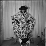 648-3 Mannequin showt kleding, bekeken door een poes.
