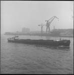 6514-1 Binnenvaartschip 'Maaskade' op Nieuwe Maas voor Schiedam bij Gusto-scheepswerf.