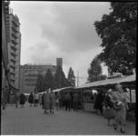 652-2 Markt op de Coolsingel, dinsdag na Pinsteren. Op de achtergrond het oude pand van de Bijenkorf.
