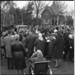 6530 Paaszang op 1e Paasdag over de graven bij de ingang algemene begraafplaats Crooswijk aan de Kerkhoflaan.