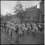 6552-1 Optocht met muziek ter hoogte van het Beursplein richting Coolsingel.