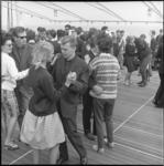6555-1 Jongeren dansen op het 1e Rotterdams Jeugd-Festival aan boord van stoomschip Waterman.
