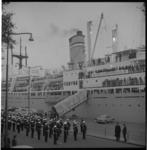 6555-2 Welkom van de Marinierskapel op de Parkkade aan de 450 jongeren aan boord van de Waterman i.v.m. 1e Rotterdams ...