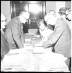 6559 Commissaris van de Koningin In Zuid Holland Mr.J. Klaasesz overhandigt in Hotel Atlanta bandrecorders aan vijf ...