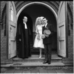 6570 ds. J. Heule met bruidspaar P. van Dijk-Knoop bij de ingang van de Breepleinkerk.