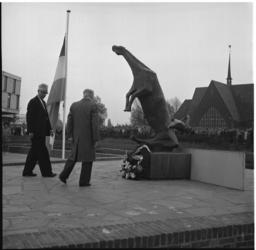 6571-1 Kranslegging in Rotterdam-Zuid i.v.m. dodenherdenking bij Oorlogsmonument de Vallende Ruiter bij Zuidplein. Op ...