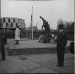 6571-2 Kranslegging i.v.m. dodenherdenking bij Oorlogsmonument de Vallende Ruiter bij Zuidplein. Links gebouw van de ...