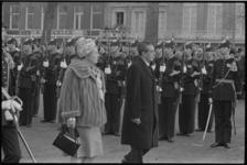 6573-1 Koningin Juliana samen met Mexicaanse president Adolfo Lopez Mateos inspecteren militaire erewacht, opgesteld op ...