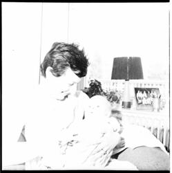 6581 Leny Moulijn, vrouw van voetballer Coen Moulijn, met drie maanden oud zoontje Raymond.