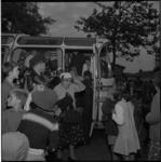 6586-1 Feestelijke terugkomst oudere bewoners van Het Brabants Dorp na een dagje uit naar de kust, georganiseerd door ...