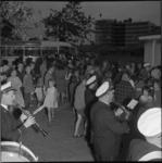 6586-2 Feestelijke terugkomst van oudere bewoners bij het Cultureel Centrum in Het Brabants Dorp, verwelkomd door onder ...