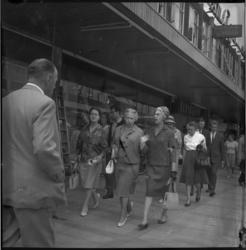 6602 Vrouwelijke leden van de gemeenteraad wandelen op de Lijnbaan, midden mejuffrouw mr.J. Zeelenberg, loco-burgemeester.