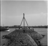 661 Meisje op een krib in de IJssel bij Capelle aan den IJssel.