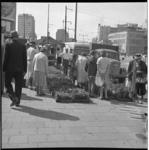 6610-1 Traditionele Pinksterdrie-markt met bloemen- en plantenmarkt op de Coolsingel ter hoogte van het Beursplein. Op ...