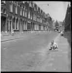 6619 Straatbeeld jaren zestig met spelende kinderen in schone straat in een oude wijk.