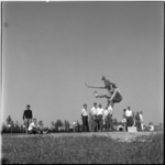 662-1 Verspringen tijdens landenontmoeting Nederland-België atletiek op het sportpark De Vijfsluizen te Vlaardingen.