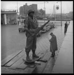 6621 Het Mariniersmonument op het Oostplein in afwachting van definitieve plaatsing.