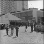 6625 Genodigden zien hoe een anker door Conrad Nicholson Hilton wordt neergelaten tijdens opening van het Hilton-hotel.