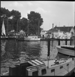 6628 Woonbootje in de Veerhaven; op achtergrond het houten botenhuis en gebouw van de sociëteit Koninklijke Roei-n en ...