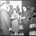 6639 Uitreiking Leuvepenning (Penning van de Leuve) aan danspedagoge Corrie Hartong en cabaretier Alex de Haas (rechts) ...