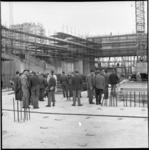 6641-1 'Openlucht'-rondleiding door het in aanbouw zijnde concertgebouw De Doelen.