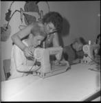 6657-1 Jongen achter de Singer-naaimachine tijdens het kindervakantie-evenement Jeugdland in de Ahoy-hal.