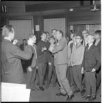 6708-1 Persconferentie in Hilton Hotel met zingende Johnny Kraaykamp in verband met komende musical Oliver in Luxor theater.