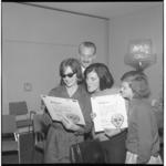 6708-2 Persconferentie en presentatie grammofoonplaat in Hilton Hotel in verband met musical Oliver, met Karin Larsen ...