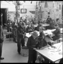 6717-2 Leerlingen, gekleed in overall, bezig in het handenarbeidlokaal van de Havenvakschool aan de Waalhaven.