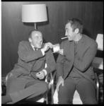 6730 Johnny Kraaykamp hoofrolspeler in de musical Oliver samen met tekstschrijver en componist van deze musical, Lionel ...