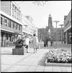 6732 Winkelend publiek hoek Lijnbaan met Stadhuisplein, voor het beeldje van de Spelende Beertjes, links de lunchroom ...