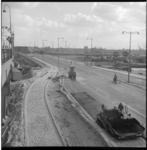 6736 Asfalteringswerkzaamheden van de oprit naar de Willemsbrug, foto vanaf Station Blaak richting Boompjes, met op de ...
