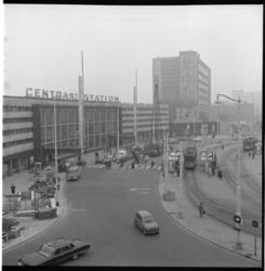 6740-2 Ruim overzicht van de werkzaamheden op het Stationsplein in verband met aan te leggen metrolijn bij Centraal ...