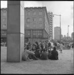 6746 Jongeren zitten op de trappen van het Beursgebouw tegenover C&A aan de Coolsingel.
