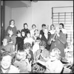 6753 Tv-bekendheid Swiebertje, alias Joop Doderer, blaast op muziekinstrument tijdens zijn bezoek aan de kinderen van ...