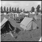 6773-1 Drukte met tenten en auto's op de camping aan de Kanaalweg.