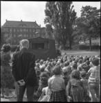 6787 Groep kinderen en enkele ouderen kijken in de speeltuin 't Kinderhoekje aan de Beukelsdijk naar een ...